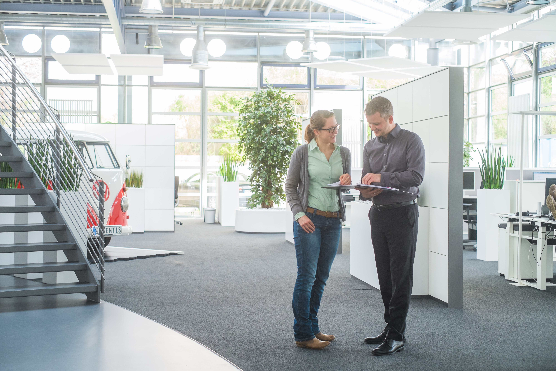 EIngangshalle der Firma Ingentis mit zwei Mitarbeitern