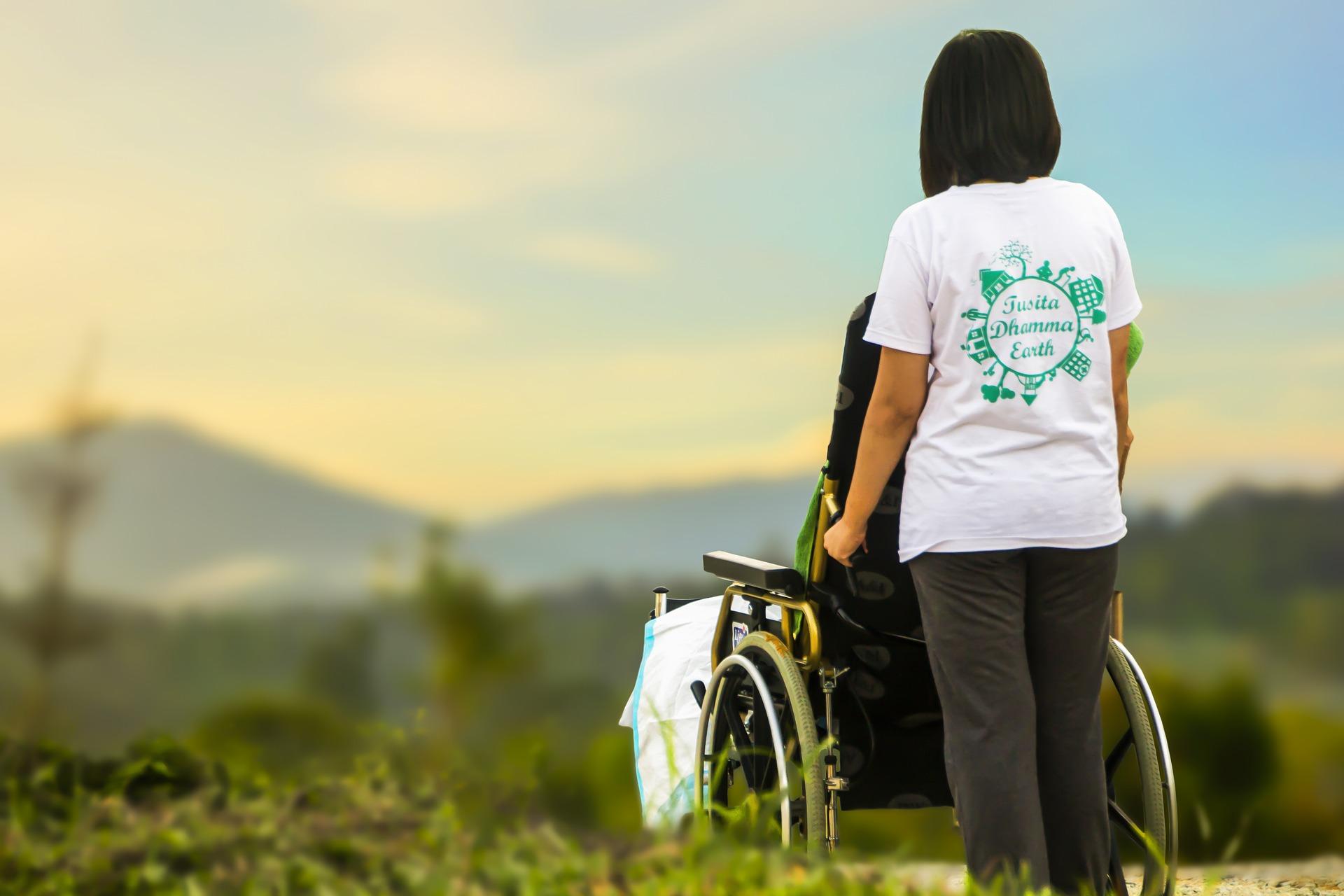 Frau mit Rollstuhl