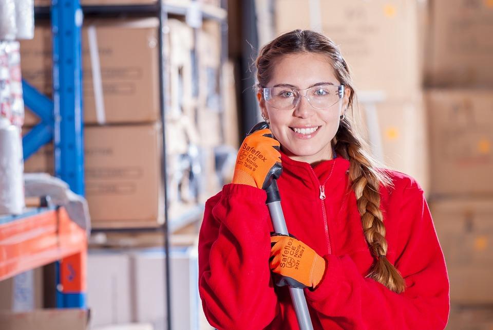 Frau mit Schutzbrille