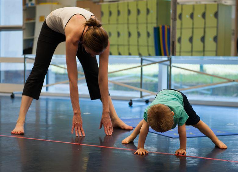 Frau und Kind beim Sport