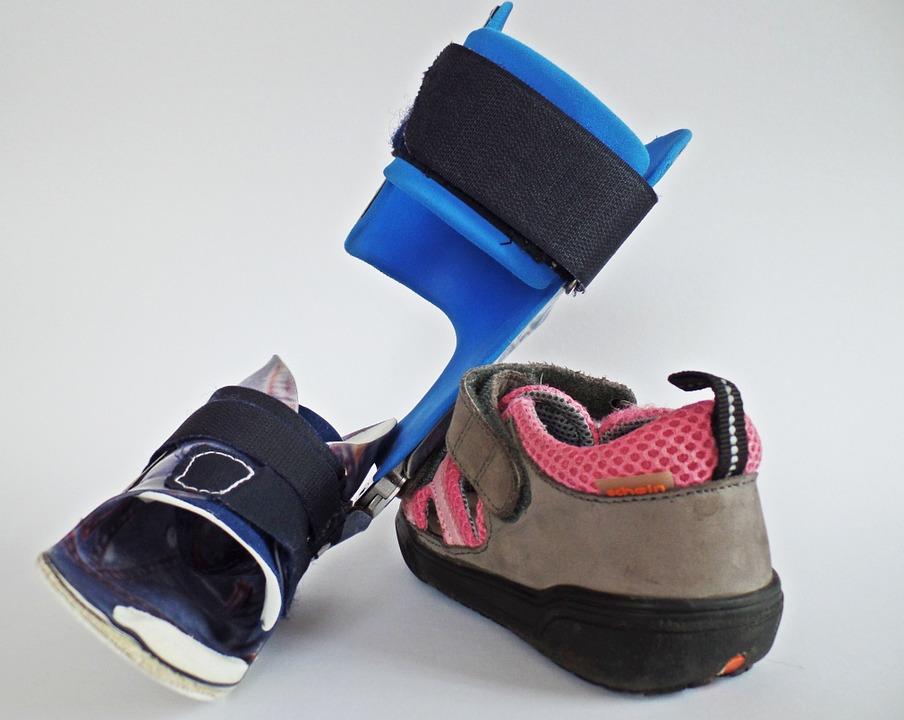 ein Schuh und Orthese