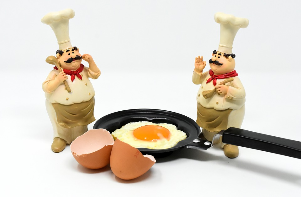 Koch-Figuren und Pfanne mit Ei
