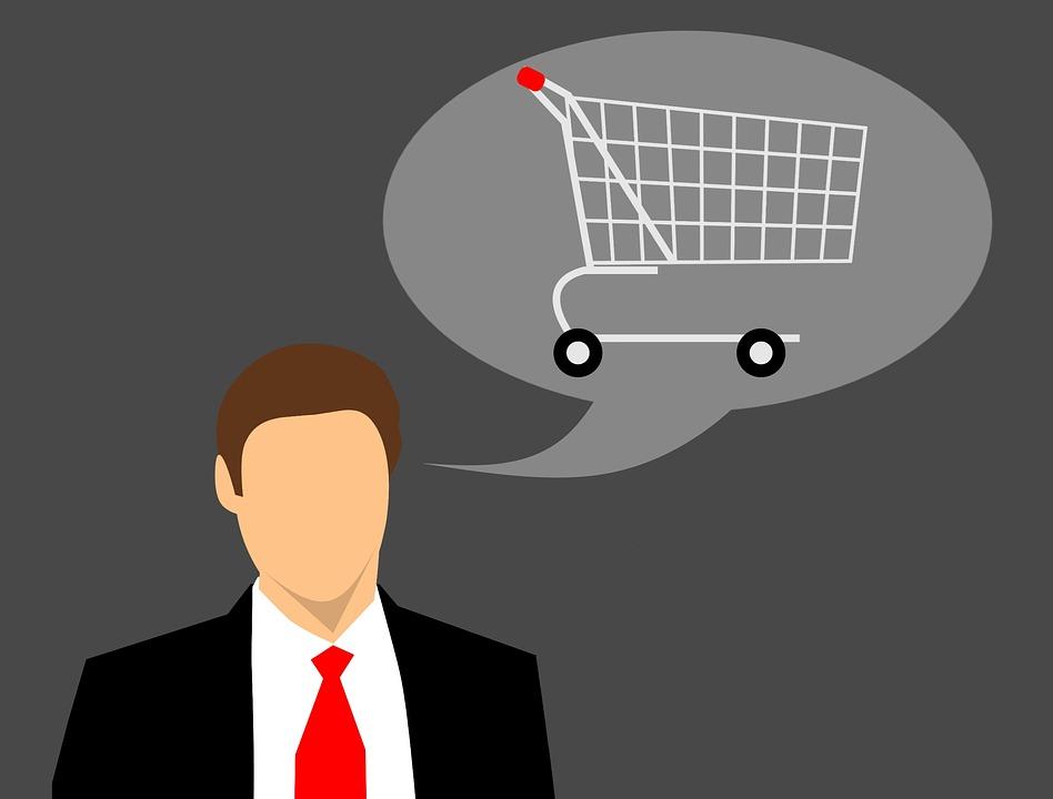Mann und Einkaufswagen