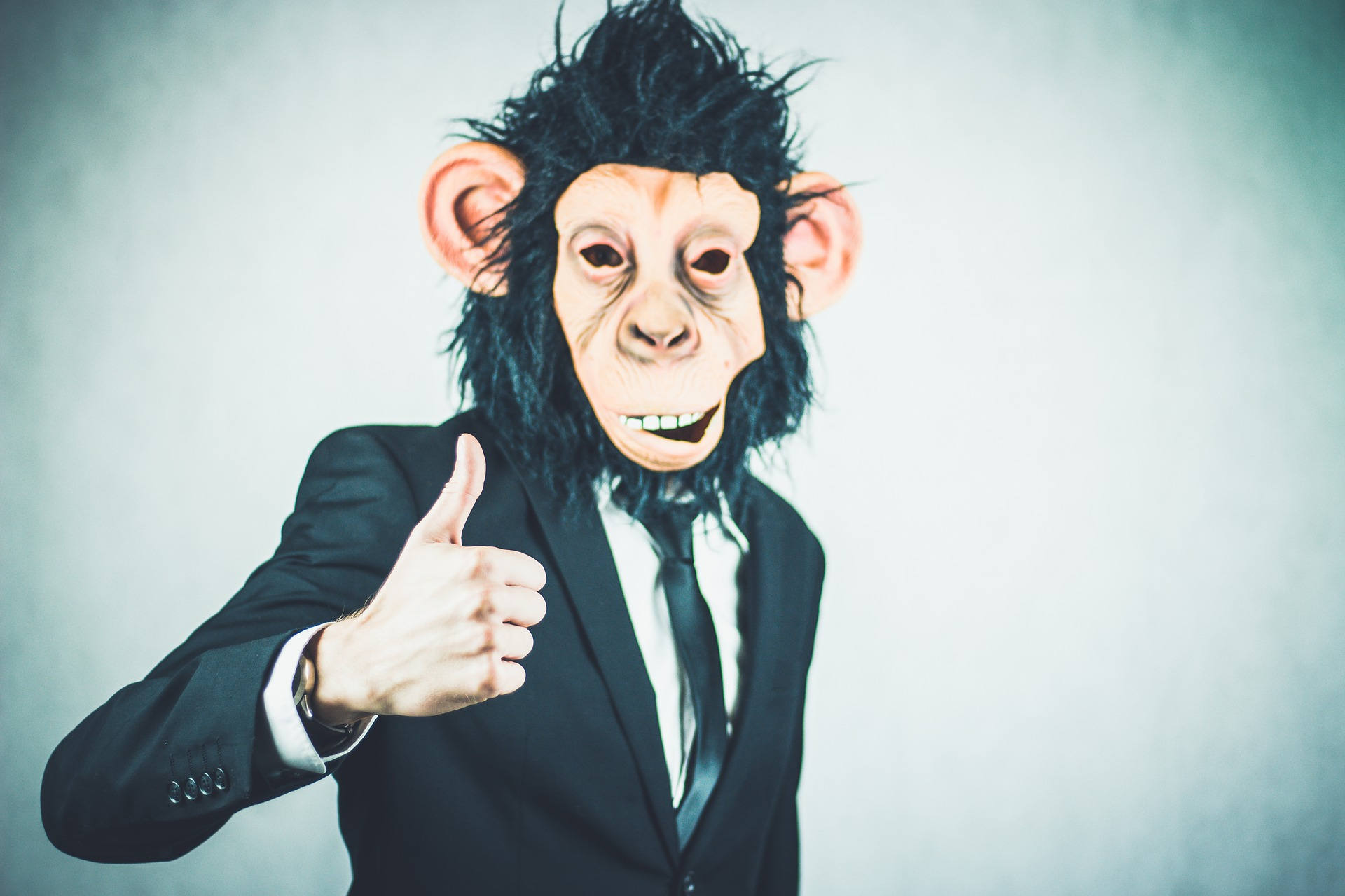 Mensch mit Affenmaske