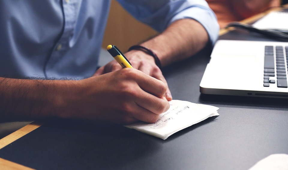 Mann beim Schreiben