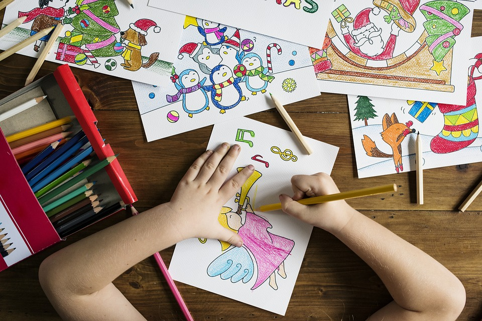 Kinderhände beim malen