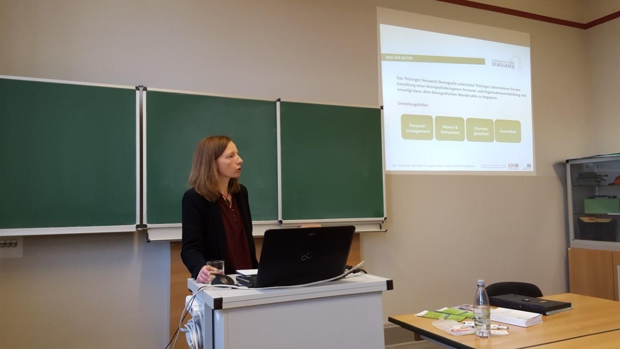 Frau während Präsentation